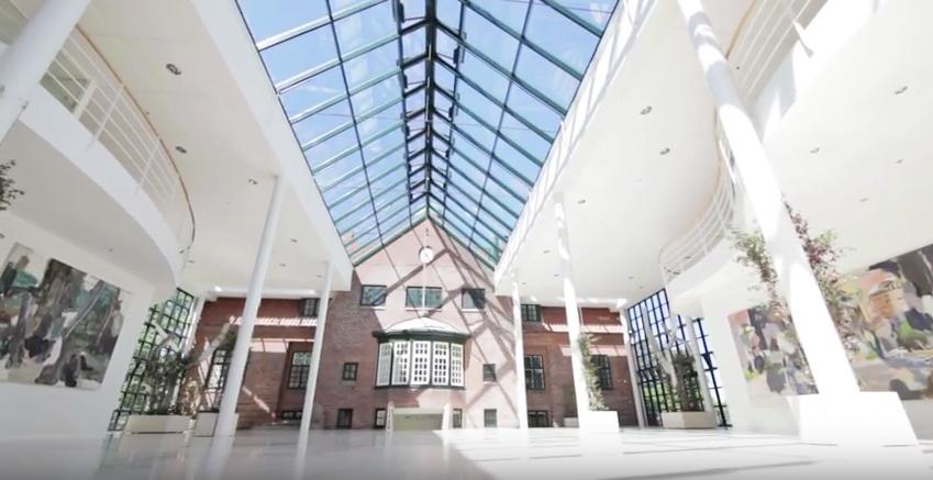De fire længer er bundet sammen af et imponerende atrium, der skaber et fantastisk indendørs miljø.
