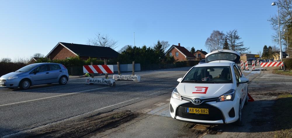 Entreprenøren er netop her ved at stille den midlertidige overgang op i midterbanen - tæt ved udkørslen fra Blovstrød Byvej. Foto: AOB