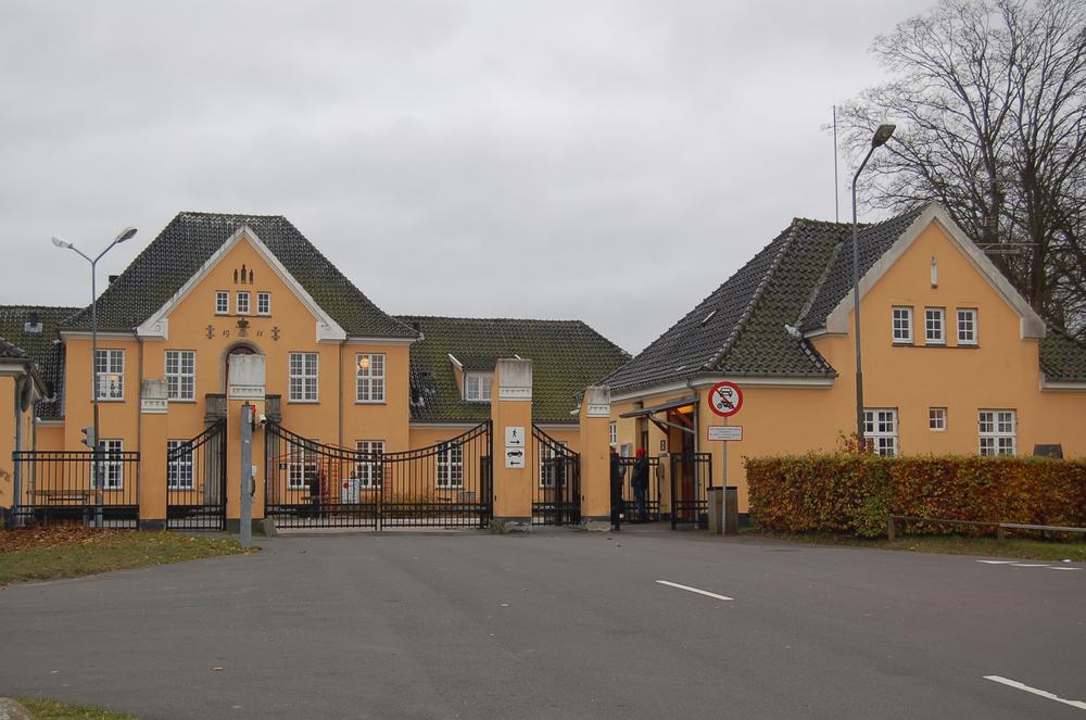 Omkring 200 asylansøgere og andre demonstrerede ved Udrejsecentret Sjælsmark, hvorfra de samlet gik de halvanden kilometer til Center Sandholm. Arkivfoto: AOB