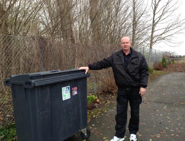 Naboen til Center Sandholm har tidligere demonstreret over for AOB, hvordan personer, som ikke har adgang til centret, klatrer over hegnet ved at køre hans affaldscontainer hen til hegnet og benytte den som springbræt. Arkivfoto: AOB