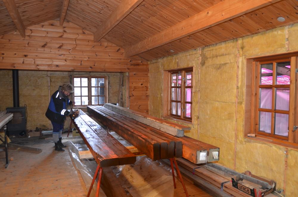Den indvendige vægbeklædning er taget ned i alle rum, og så kommer turen til gulvbrædderne. Foto:AOB