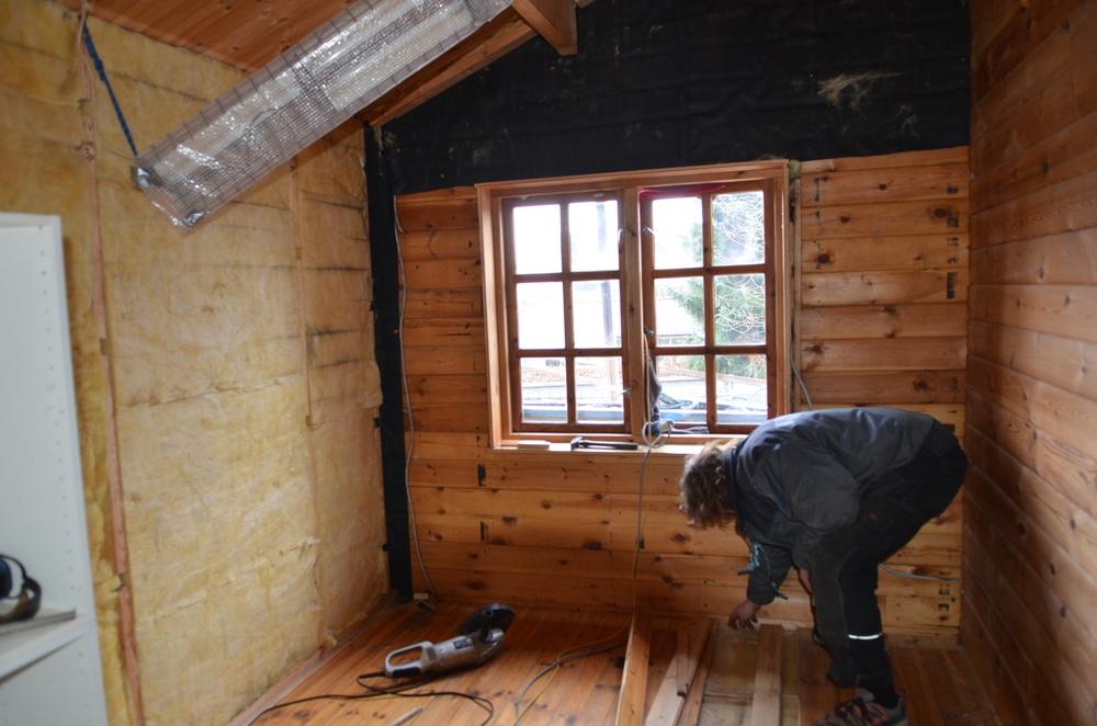 Bygherren konstaterer, at gulvbrædderne sidder godt fast, så det bliver en besværlig proces at få dem hele op, så de kan genanvendes. Foto: AOB
