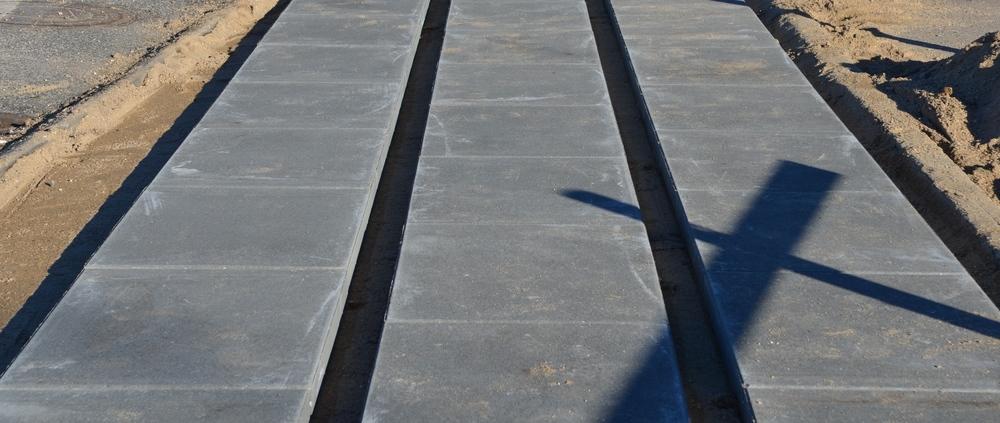 Fortovet udføres med grå-sorte betonfliser lagt i række med chaussesten   i mellem. Foto AOB