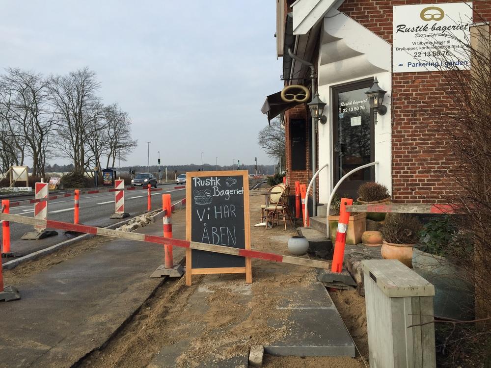 Fortovs-betonfliserne med   chaussesten og med masser af grus var færdigudført foran bagerbutikken fredag morgen, men kunderne kunne kun komme frem til forretningen via ulovlig adgang. Foto: AOB