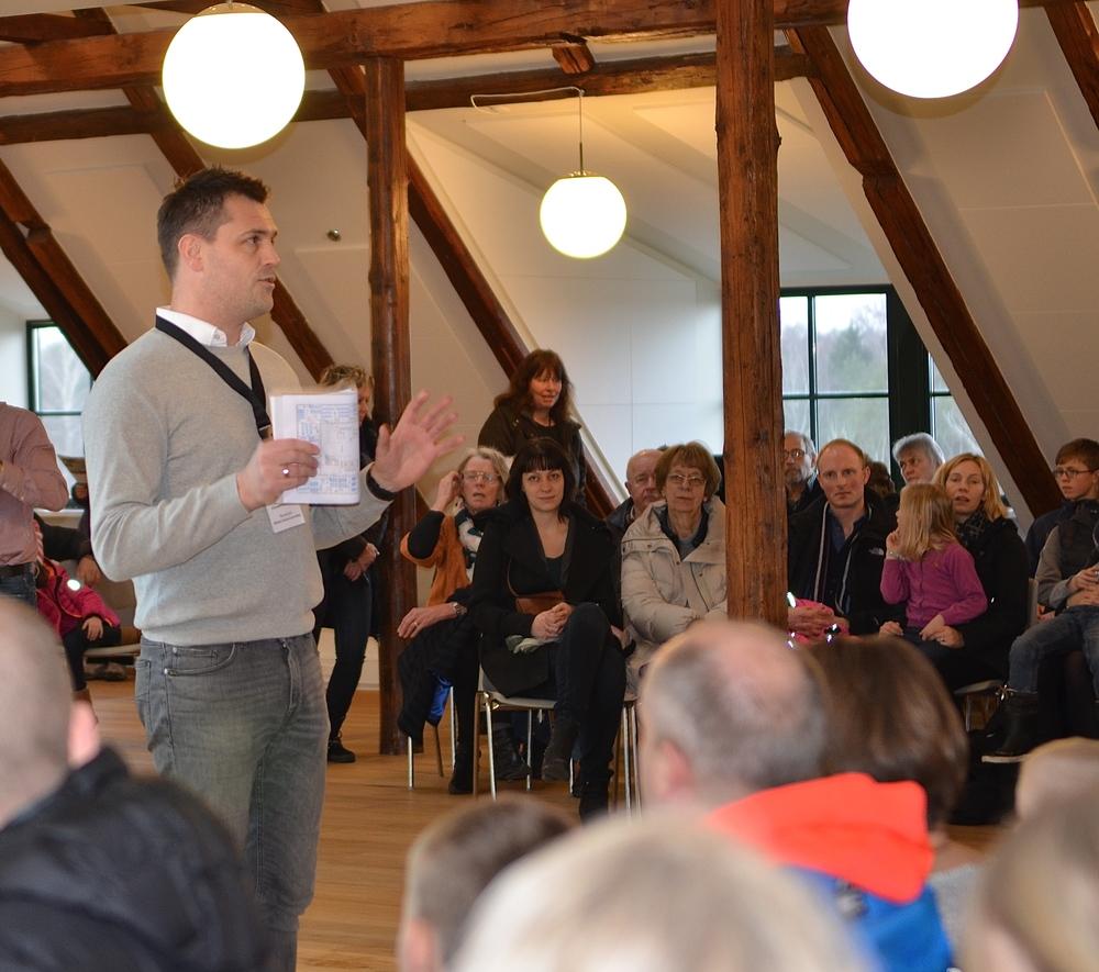 Mikkel Kofod Løvenhøj, redegjorde for planerne for den nye privatskole og svarede efterfølgende på de mange spørgsmål, der blev stillet fra salen. Foto: AOB