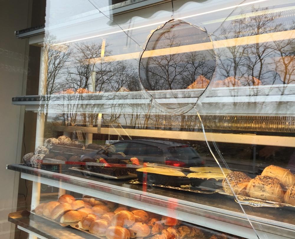 Det er trods alt heldigt, at der er tale om en 2-lagsrude, hvor det kun er det yderste lag glas, der er blevet beskadiget, men selvrisikoen for bageren er på 8.000 kr. Foto: AOB
