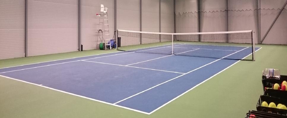 Tennishallen kan opføres med plads til en enkelt bane eller som bygning med plads til to eller flere baner. Foto: PLAY MAKER SPORTS ApS