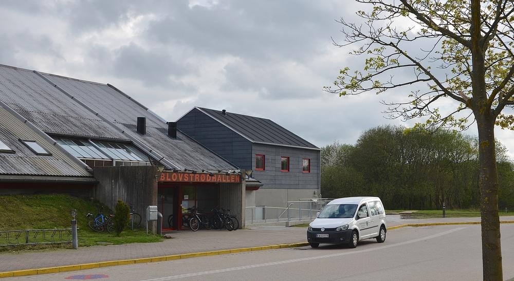 En gerningsmand har aflistet et vindue i Blovstrødhallen, men tilsyneladende er der ikke stjålet noget. Arkivfoto, AOB