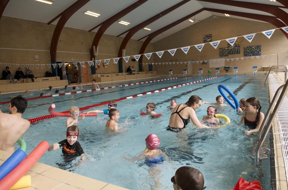 I yderste konsekvens kan det komme til at koste svømmeundervisningen, at privatskolen ikke kan låne idrætsfaciliteter vederlagsfrit af kommunen, sådan som det ellers var aftalt. Arkivfoto: AOB