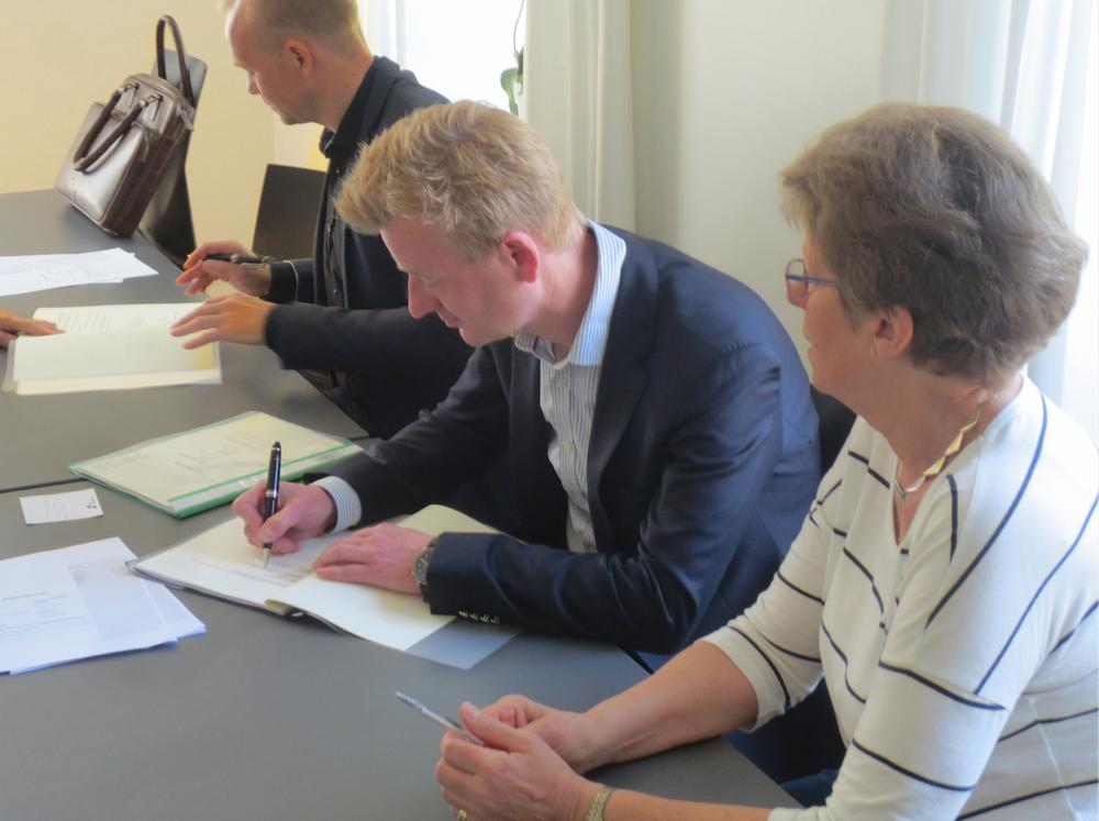De to partnere, Jonas Berthelsen og Søren Due Hansen underskriver købsaftalen. Foto: Lars Lund