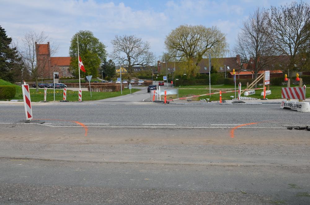 Den orange markering på vejen viser at beplantningsbæltet må afbrydes ud for denne midlertidige overkørsel. Foto: AOB