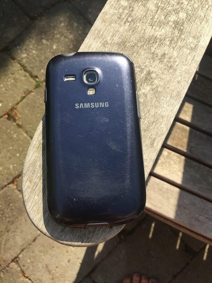 Her er bagsiden af Samsung-mobiltelefonen, som er fundet. Foto: Tine Bjerregaard Andersen