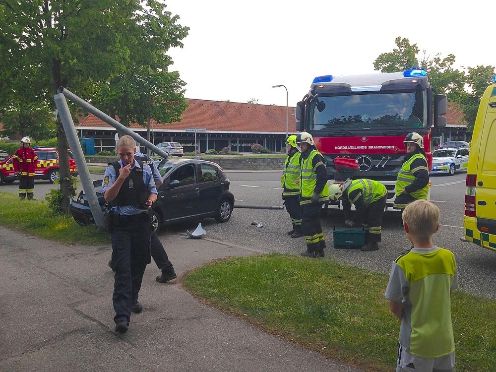 Både ambulance, politi og brandvæsen var til stede ved eneulykken, hvor en personbil var kørt ind i en lysmast. Privatfoto