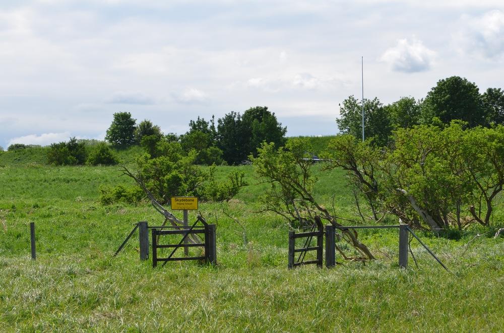 Til højre ser man arealerne med de militære skydebaner.