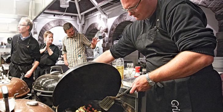 Webers egne grillmestre tager dig med på en gastronomisk udflugt.Grilleksperterne står ved din side hele vejen og lader dig fejle, opleve og i sidste ende sejre ved grillen.