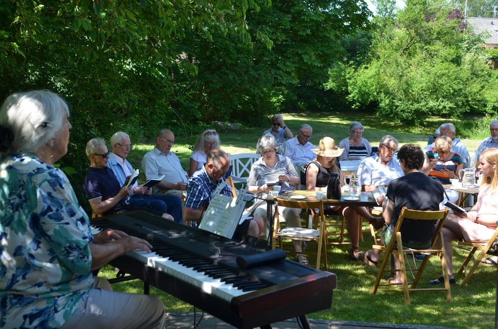 Man var så heldig, at pianist Grete Hermansen spillede til fællessangene, og mange bød ind med sang-ønsker fra højskolesangbogen. Foto: AOB