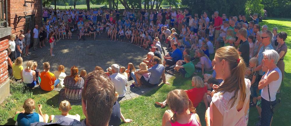 Der var mødt rigtig mange forældre og børn op for bl.a. at hilse på lærerkollegiet. Foto. AOB