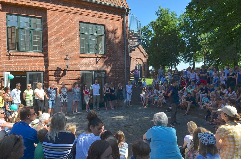 I det flotte sommevejr samlede man de fremmødte forældre og børn i atriumgården, hvor skoleleder Mikkel   Kofod Løvenhøj orienterede om situationens stade, og her blev ogsålærerkollegiet præsenteret. Foto. AOB