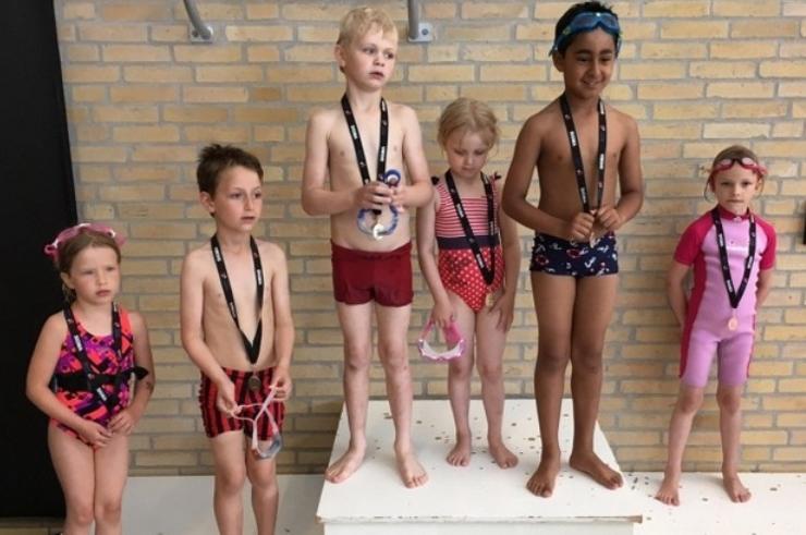 Seks unge svømmere ved klubmesterskaberne for Sigma Swim svømmeskole. Privatfoto