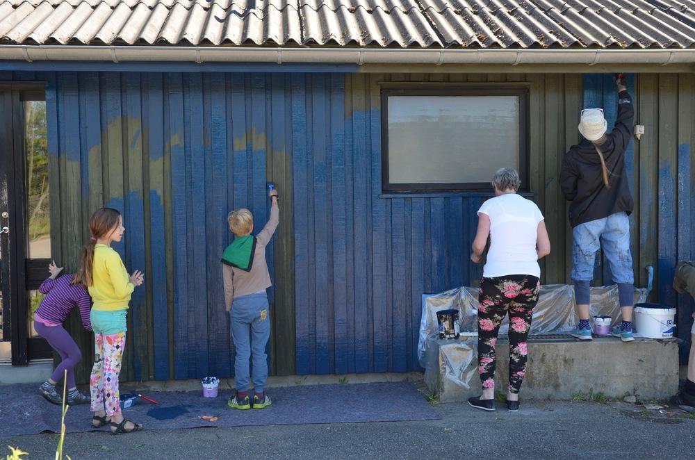 Fra tidlig morgen var der gang i malerpenslerne. Foto. AOB