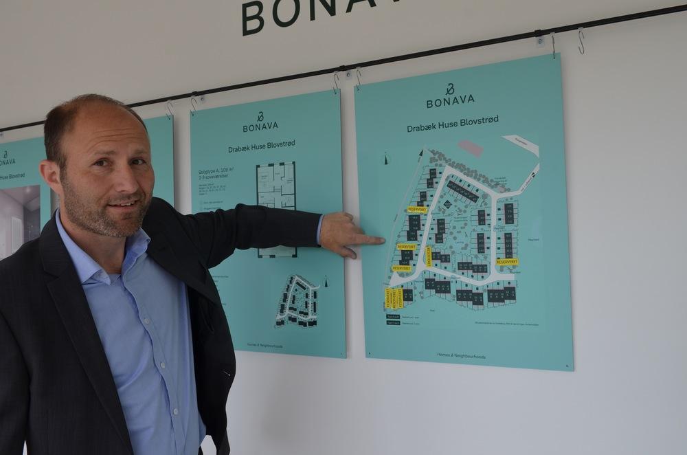 """Salgschef Kim Poulsen siger: """"Det var en super god start, hvor der allerede nu - inden for den første time - blev reserveret 8 boliger."""" Foto: AOB"""