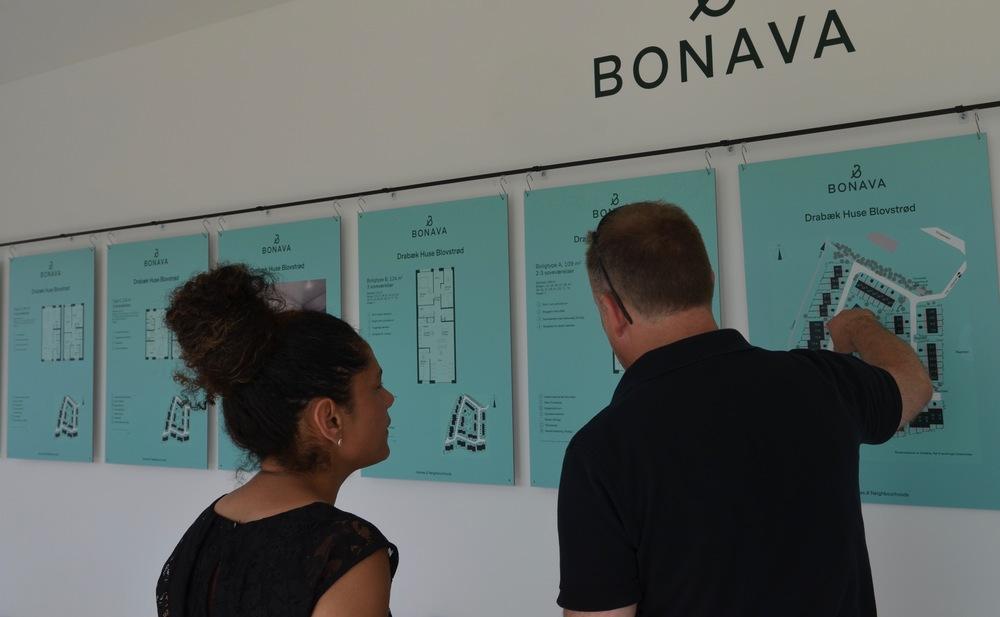 De mange plancher blev nøje studeret af de potentielle købere. Foto AOB