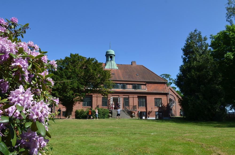 Ny Allerødgårds hovedbygning er opført i 1881. Den blev ombygget i 1911 og igen totalombygget i 2003. Og nu i 2016 indrettet til skoleformål. Foto AOB