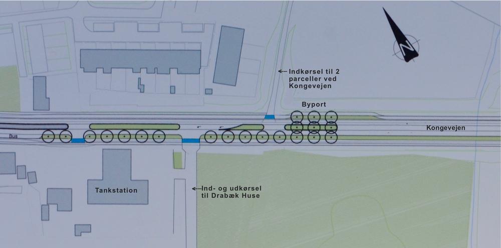 1.  I NIRAS' oprindelige dispositionsforslag lå indkørslen til Drabæk Huse direkte op ad tankstationens parkeringsareal, og den sydlige udkørsel fra tankstationen lå ud til vejen for boligområdet. Illustartion: NIRAS. Tekst: AOB