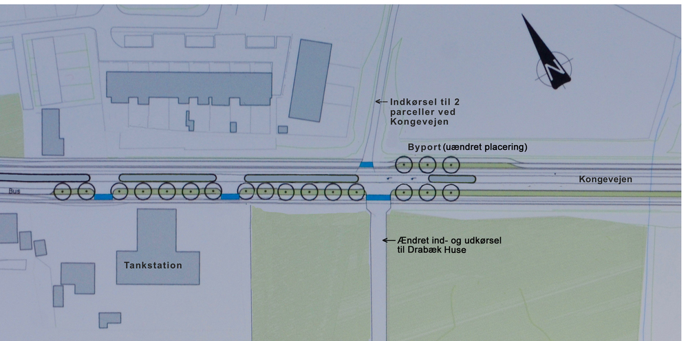 2.  Da overkørslen til Drabæk Huse blev flyttet længere mod syd, blev der konflikt med byporten. En vestresvingsbane til Drabæk Huse blev meget kort og lå inde i selve byportens helle, som blev halveret. En uheldig løsning! Ændret planløsning og tekst: AOB