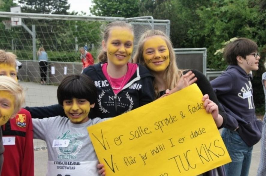 Ca. 400 elever på Blovstrød Skole stod klar med bannere, kampråb og malede ansigter, og hvor 20 hold, på tværs af årgangene, dystede mod hinanden.