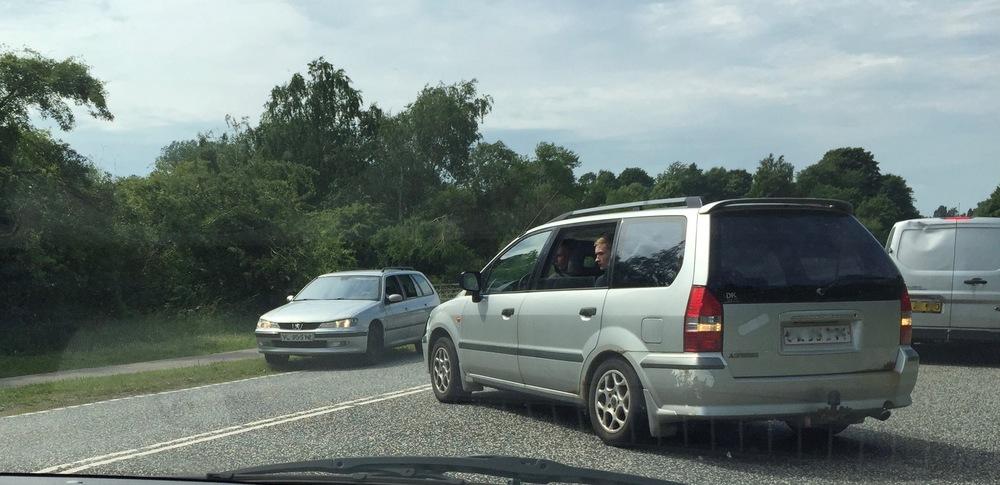Utrolig mange bilister taber tålmodigheden efter de har ventet i rigtig lang tid. De vender rundt midt på Kongevejen, hvorved der opstår flere farlige situationer. Foto: AOB
