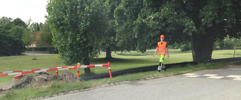 Det over 150 meter lange plastrør skal være med til at afvande gadekæret på Grønholmen. Foto: AOB
