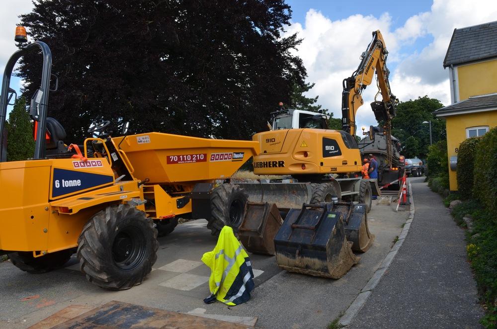 Blovstrød Byvej var i en periode total blokeret af entreprenørmaskiner. Foto. AOB