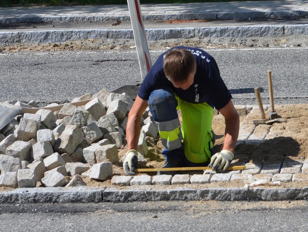 Det er ikke helt tilfældigt, hvordan stenene skal lægges - der benyttes målepind, for at få det hele til at gå op i en højere enhed. Foto: AOB