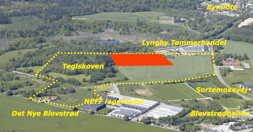 Det er på arealet tæt op mod Lyngby Tømmerhandel,at de almene lejeboliger skal opføres. Luftfoto: Allerød Kommune.