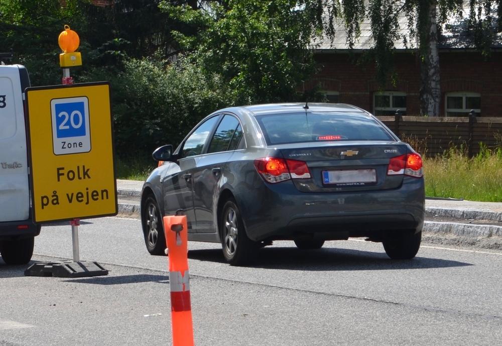 """""""FOLK PÅ VEJEN"""" står der på skiltet og fortæller videre: """"Max. tilladte hastighed: 20 KM I TIMEN."""" Foto AOB"""