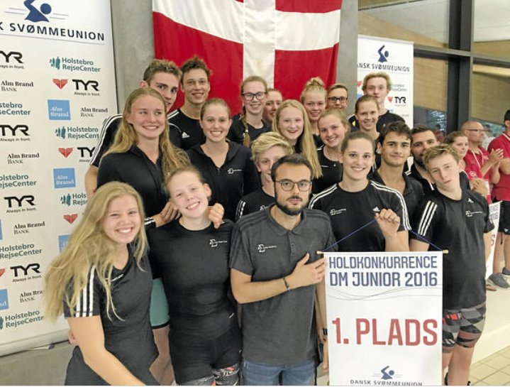 De glade svømmere fra SigmaSwim vandt masser af medaljer ved junior-DM. Foto: SigmaSwim