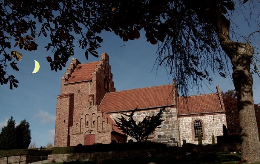 Blovstrød Kirke afholder to skumringsgudstjenester i løbet af sommeren. Foto: AOB