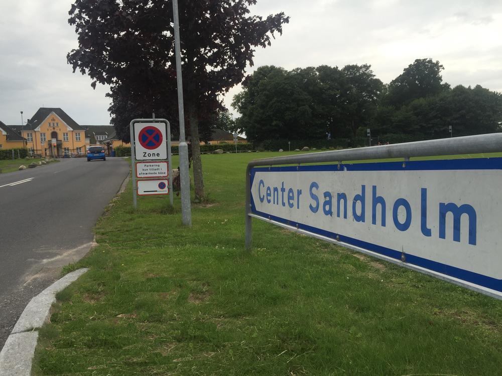 """Erik Skjødt siger: """"Politiet er ikke synlige. Der er over 80 politifolk fra NUC i Center Sandholm!Skal vi have private vagtværn? LØSNING EFTERLYSES?"""" Foto: AOB"""