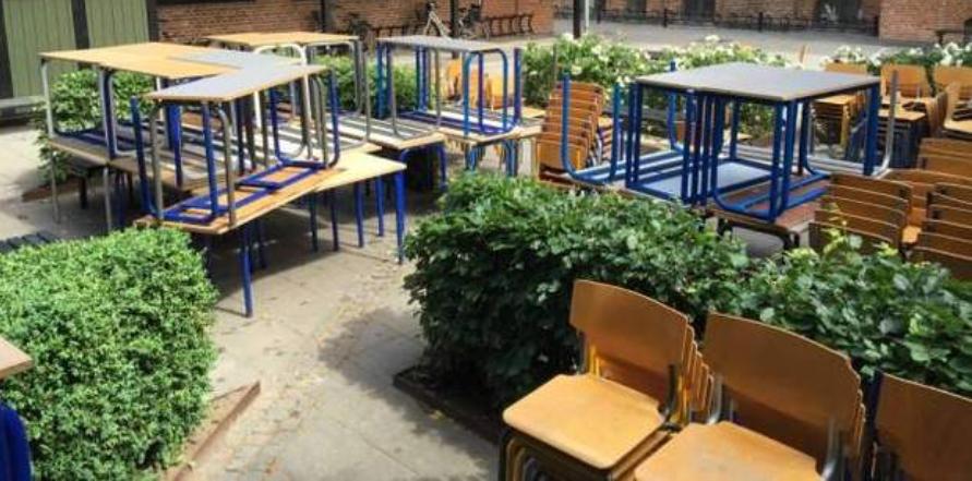 Der er kommet møbler til Allerød Privatskole fra Rysensteen Gymnasium via et landsdækkende bytte-netværk. Privatfoto