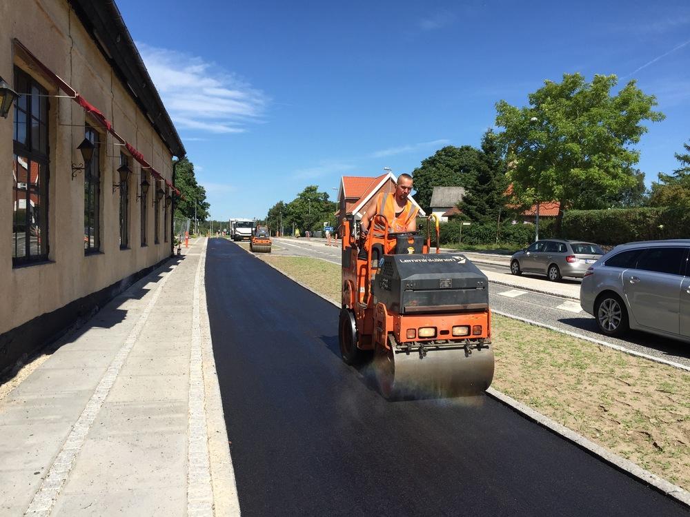 I morges startede man med at udlægge den endelige asfalt fra Sortemosevej og forbi Blovstrød Kro, og inden aftenen skulle man gerne være færdig med hele strækningen forbi Statoil. Foto: AOB