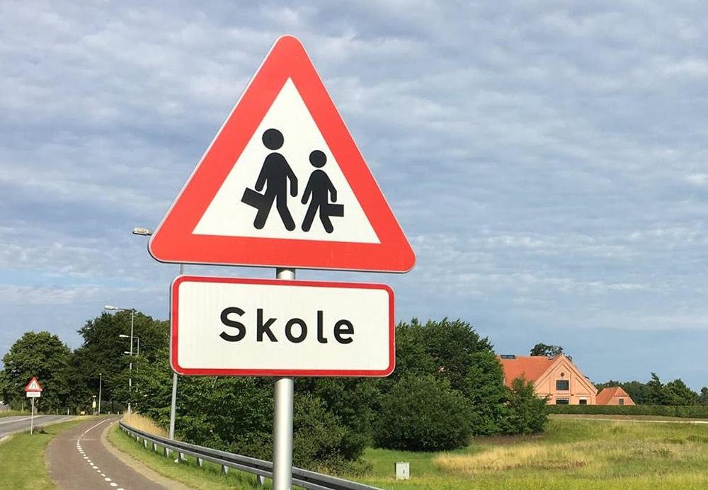 Allerød Kommune har opsat trafiktavler, som markerer, at her ligger der nu en skole. Foto: Allerød Privatskole