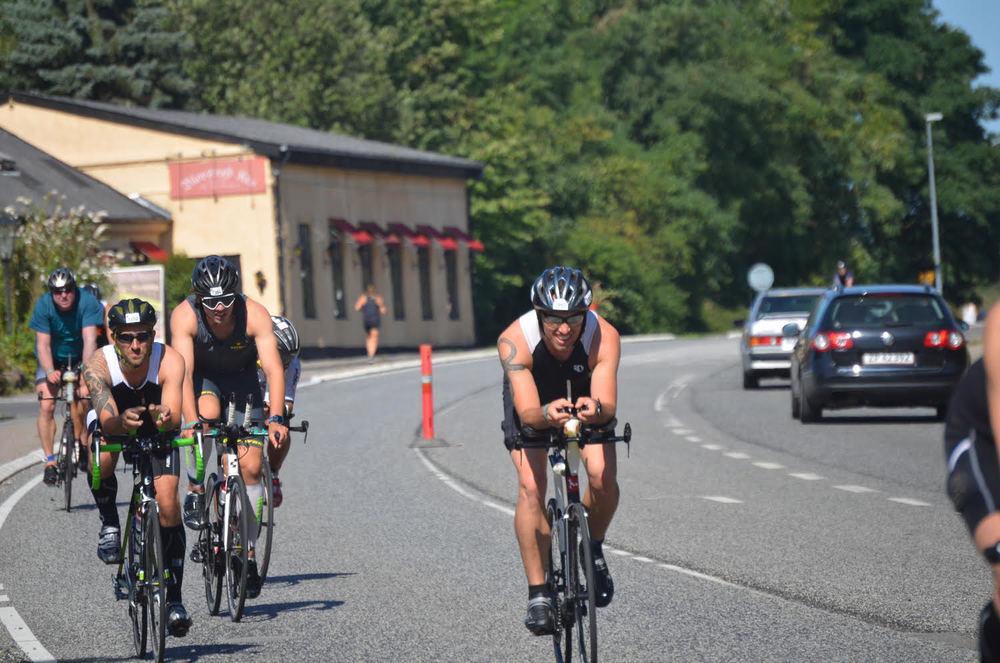 Den 21. august vil Kongevejen give plads for cykelryttere fra omkring 50 forskellige nationer - og vejen vil det meste af dagen delvis være spærret for den sydgående biltrafik. Arkivfoto fra sidste års Ironman: AOB