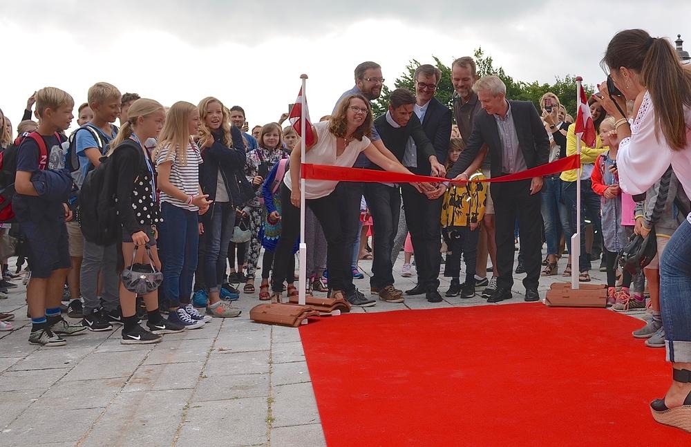 Initiativgruppen klippede i fællesskab det røde bånd over, hvorefter privatskolen var erklæret for åben. Foto: AOB