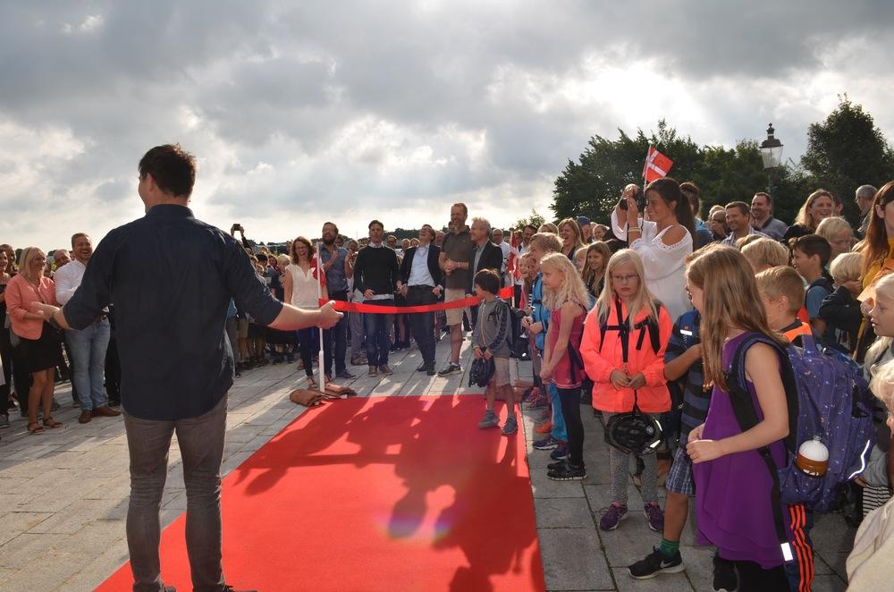 """Da skoleleder Mikkel Kofod Løvenhøj bød """"god morgen""""åbnede skyerne sig, og solen brød symbolsk frem. Foto:AOB"""