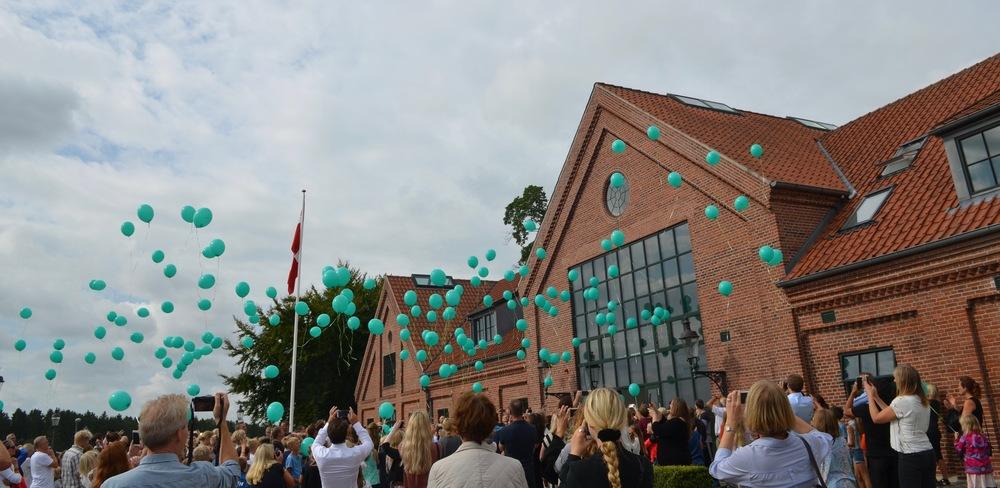 Eleverne have hver en ballon, som blev sluppet løs ved nedtælling, og over 200 balloner steg flot til vejrs. Foto: AOB