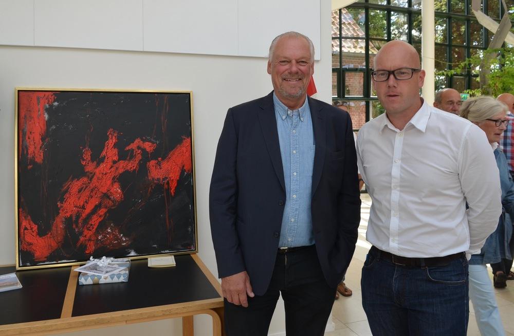 Ejeren, Ib Henrik Rønje, skænkede et maleri til privatskolen. Kim Dal (i hvid skjorte) var den person, som fra ejerens side har styret projektet. Foto:AOB