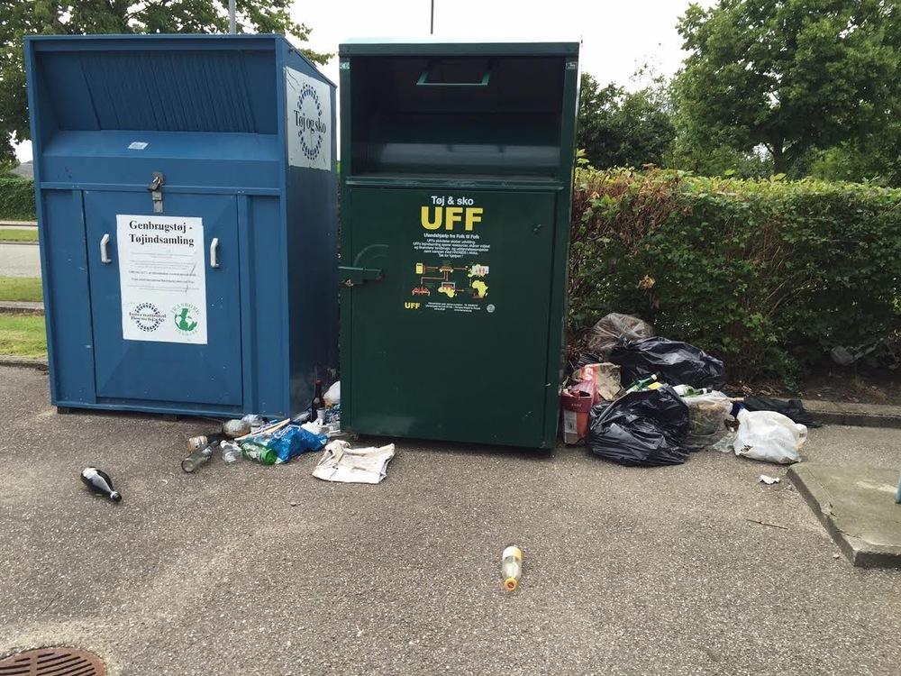 Det flyder med affaldsposer og flasker ved Blovstrødcentret. Hvem har ansvaret for, at der bliver ryddet op? Foto:AOB