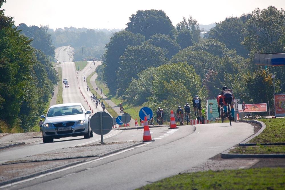 Cykelrytterne forlod Blovstrød med den lappede asfaltbelægning. Foto: AOB