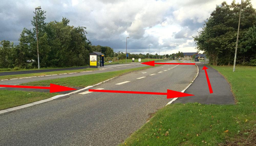 Vil man gerne cykle til Niras eller IBM fra stationen, så skal man ca. 35 meter før indkørslen til Niras og IBM, krydse til højre side af Sortemosevej og så krydse tilbage igen for at komme ind til Niras og IBM. Foto: AOB